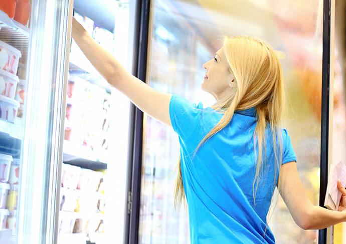 Frau Tiefkühlschrank Supermarkt